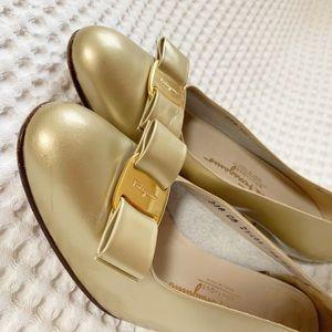 Ferragamo classic Vara Bow in metallic gold Sz 9.5